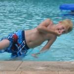 Aug 2007. Två månader senare. Nu har han ätit upp sig lite igen. Vi är på FOP-Seminarium i Orlando USA. Jag tänker alltid på Dr Kaplan när jag ser den här bilden för han kom simmandes i vattnet när Hugo lekte.