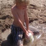 7 Juni 2008. 11 månader senare. Hugo är nu 9 år och 8 månader. I Sunbyhoml, Eskilstuna och leker på stranden.
