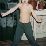 4 December 2002. Här man kan se hur starka hans magmuskler har blivit. Men även hur olika höger och vänster axel har låst sig. Han lyfter armarna så långt han kan åt sidorna.