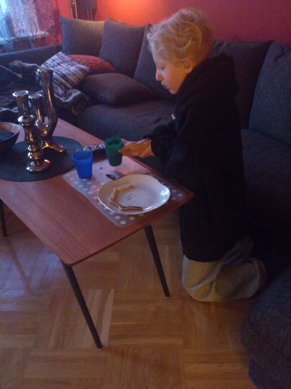 Hugo äter frukost vid TVn