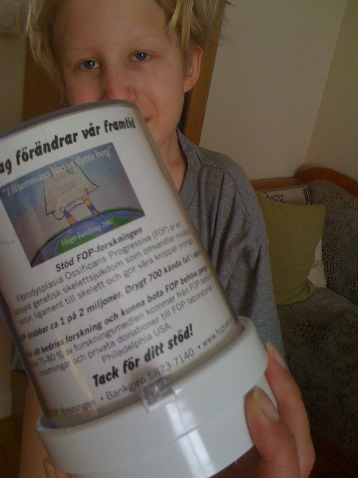 Hugo & Insamlingsbössa till FOP Forskningen