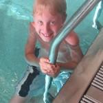 Augusti 2009. På det här viset placerar Hugo sina händer runt stången när han skall gå upp ur poolen.