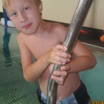 Augusti 2009. När han går upp ur poolen flyttar Hugo en hand i taget. Han har väldigt starka händer och fingrar.