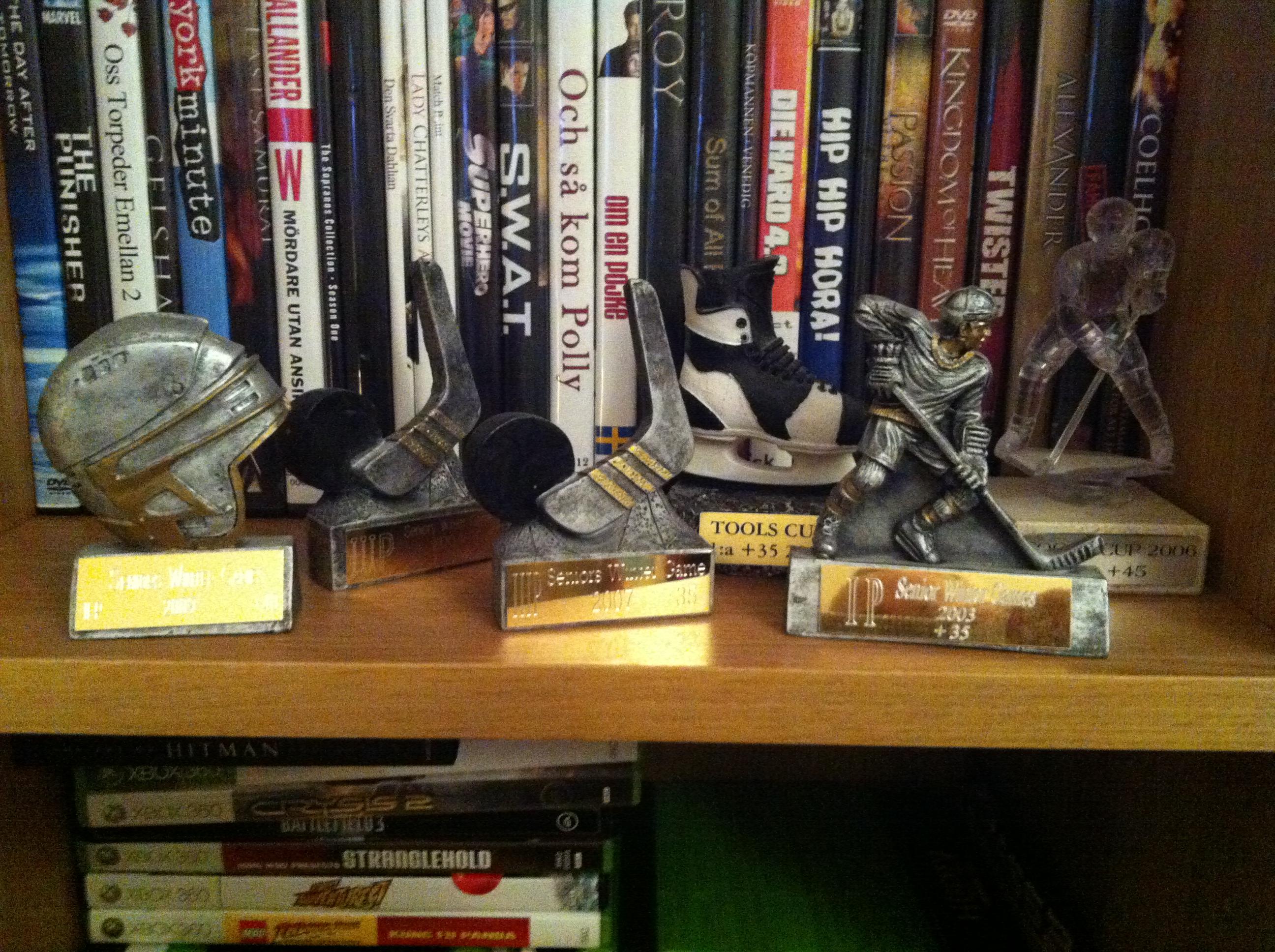 Gamla priser från tidigare års Ålands-turneringar i Hugos hylla